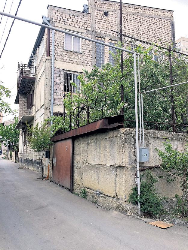 ...рядом со своим скромным домом в Тбилиси. Фото Руслана ВОРОНОГО