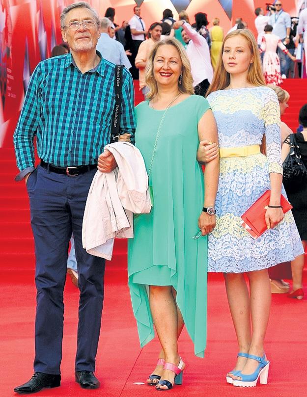 Александр МИХАЙЛОВ пришёл с женой Оксаной и дочкой Акилиной прямо из ВГИКа, где сейчас набирает новый курс