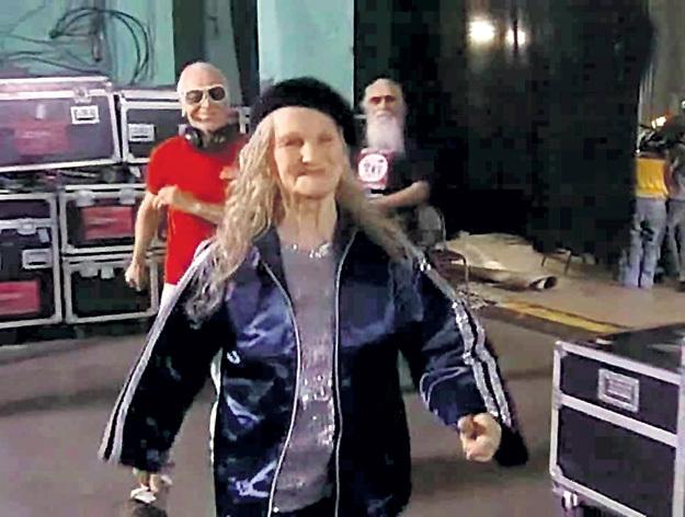 На программе Первого канала «Минута славы» наша героиня участвовала в сценке «Старики ди-джеи». Кадр: Youtube.com