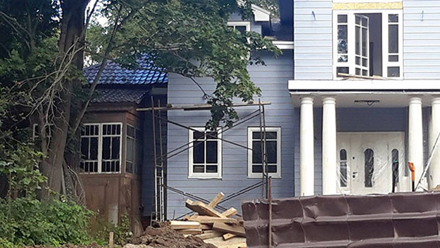 Памятник культуры - слева. Оказывается, дом писателя находится в частной застройке, и его хозяева легко перестраивают усадьбу на свой вкус и лад