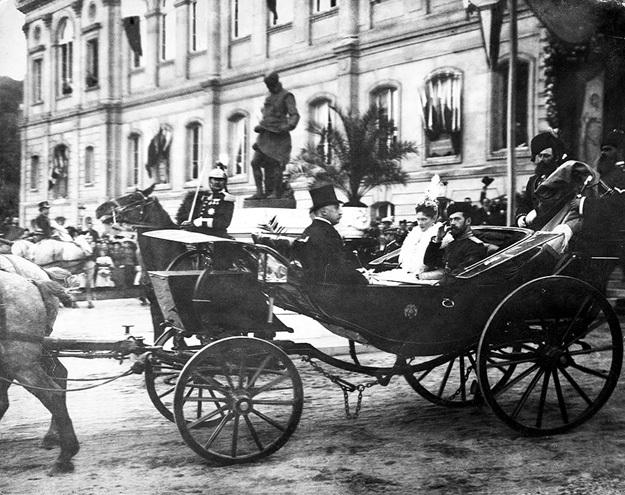 Осенью 1896 года, встречая русского императора, Франция ликовала недаром. Вскоре в страну потекли царские миллионы - и личные, и казенные, а потом и залоговое золото для закупки оружия