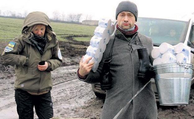 ...теперь лично раздаёт киевским засранцам туалетную бумагу. Фото: Twitter.com