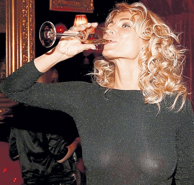 Несмотря на беременность, Катя выпила немного шампанского