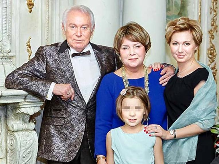 Гибель Ирины ВОЛОДИНОЙ (крайняя справа) потрясла всю страну. На фото: с отцом - диктором и телеведущим Евгением КОЧЕРГИНЫМ, мамой и дочкой