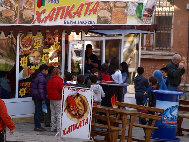 Болгарские ребятишки тоже не прочь полакомиться вредными вкусняшками