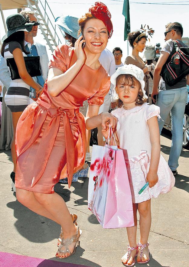 Маленькая Олеся нечасто выходит с мамой в свет (2011 г.). Фото: © РИА «Новости»