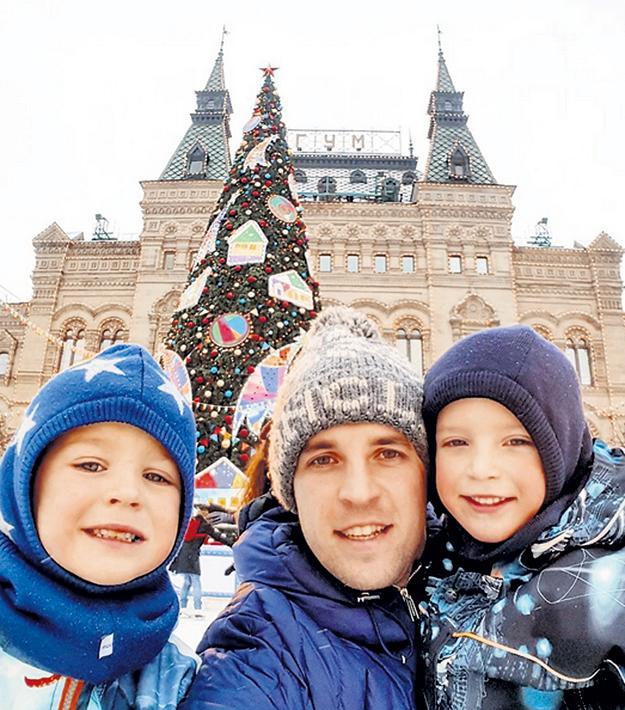 …а его брат-близнец Кирилл гуляет с сыновьями в Москве по Красной площади