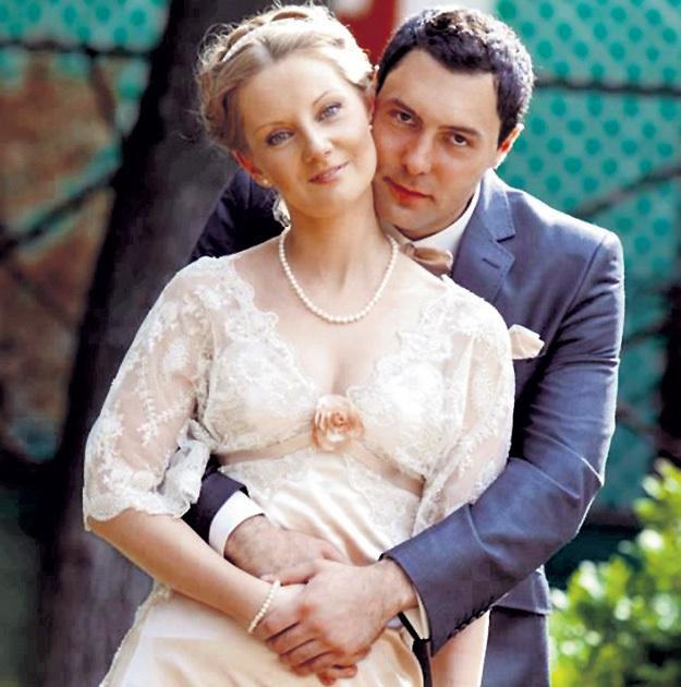 Женившись в 2012 году на Наталье ТРОИЦКОЙ, Евгений КУНГУРОВ всегда снимал обручальное кольцо перед выходом на сцену. Объяснял это тем, что хочет оградить семью от внимания поклонниц. Фото из личного архива Евгения КУНГУРОВА