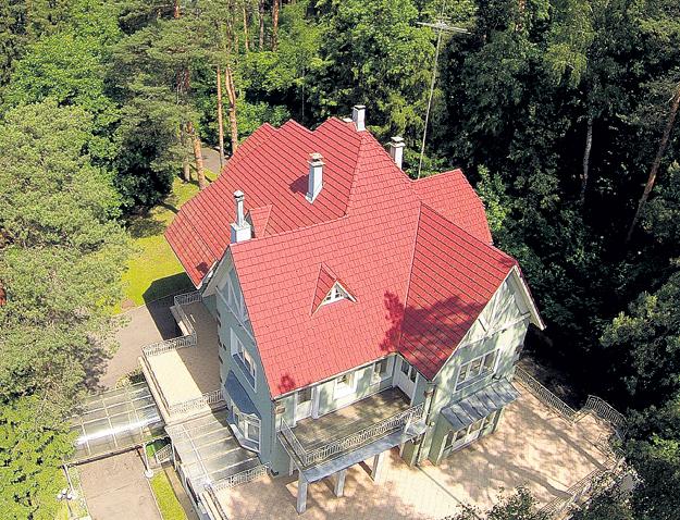 Долгие годы певец снимал этот дом недалеко от замка ПУГАЧЁВОЙ и ГАЛКИНА