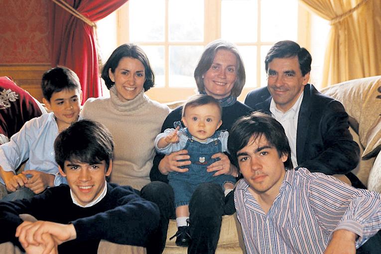 ...Франсуа ФИЙОН отдыхает в кругу своей большой семьи - у них с Пенелопой пятеро детей