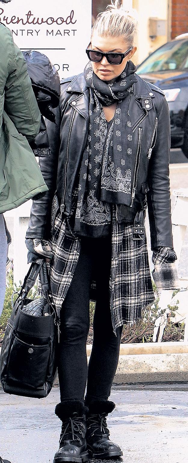 В повседневной жизни поп-звезда одевается по принципу «с бору - по сосенке»