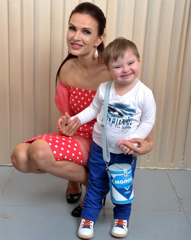 Эвелина БЛЁДАНС с сыном Сёмой. Фото Михаила ФРОЛОВА/«Комсомольская правда»