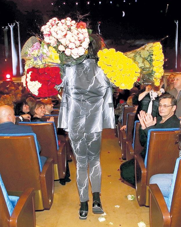 Александр ДОМОГАРОВ попытался посчитать, сколько цветов надарили Филиппу, но сбился на пятом десятке