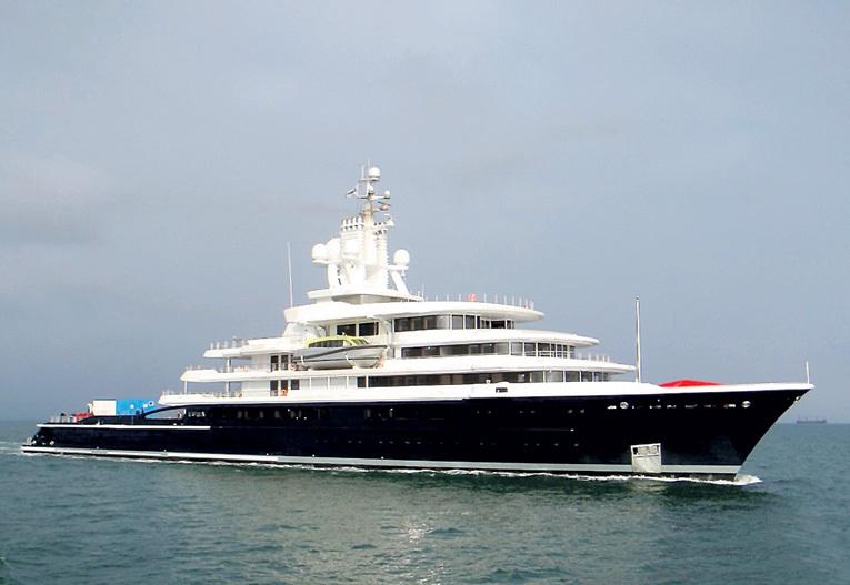На своей яхте «LUNA»...