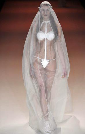 Так, считают дизайнеры, выглядит невеста из будущего. Фото: iron-assistant.ru