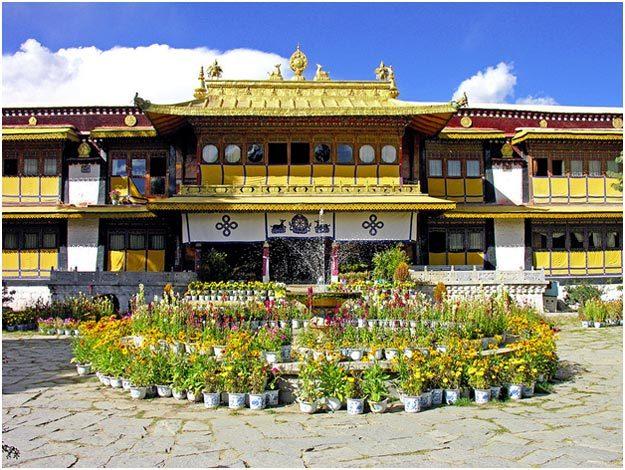 Дворец Норбулинка в Лхасе, который начали строить в конце земной жизни Далай-Ламы VII по его распоряжению. Фото: Dennis Jarvis / Wikimedia.org