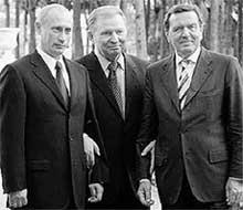 КОЛЛЕГИ: Леонид Кучма (в центре) с Владимиром Путиным и Герхардом Шредером
