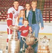 СЕМЬЯ ЛАРИОНОВЫХ: хоккейных трофеев у папы - не счесть. Слева (самый большой) - Кубок Стэнли