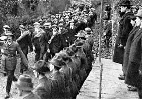 КОГОРТА НЕСГИБАЕМЫХ БОЙЦОВ: руководители Ирландской революционной армии принимают парад боевиков