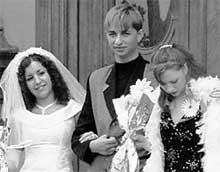НИНА И ОЛЕГ: решили продать платье, чтобы купить дочурке коляску (фото из семейного архива)