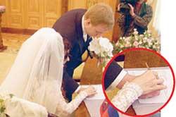 В загсе Диана настолько разволновалась, что слово «да» произнесла почти беззвучно. Петр довел любимую до стола и, держа ее руку, помог поставить в свидетельстве о браке крестик.