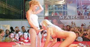 НАШ ВЫХОД: на глазах у изумленных зрителей Таня Таня целиком заглатывала пластмассовый страпон подруги