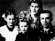 СЕМЬЯ ГВОЗДИКОВЫХ: старшая дочь Люда, младшая - Наташа, мама - Нина Николаевна, папа - Федор Титович
