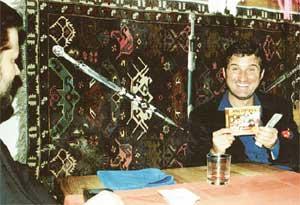 ОТАР С МИХАИЛОМ ФИЛИМОНОВЫМ (СЛЕВА): держит в руках компакт-диск, подготовленный музыкальным обозревателем &#034ЭГ&#034