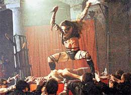 КУЛЬМИНАЦИОННЫЙ МОМЕНТ: жрец (Алексей Карпенко) срывает с жертвы лифчик и заносит нож