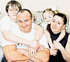 В СЕМЕЙНОМ КРУГУ: с сыном Игорем, дочкой Викторией и женой Еленой