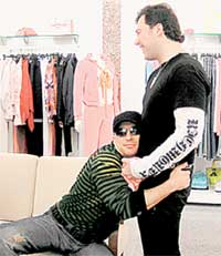 ОТ ВСЕЙ ДУШИ: получив джемпер в подарок, шоумен страстно обнял хозяина бутика