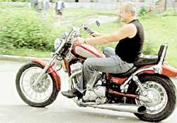 НА «ЖЕЛЕЗНОМ КОНЕ»: уже 10 лет передвигается только на мотоцикле