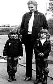 ОЛЯ И ТАНЯ С МАМОЙ: в детстве даже родители различали их с трудом