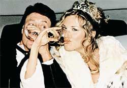СВАДЕБНОЕ ФОТО ДЖЕЙМСА ФИОРЕ И ЛАРИСЫ ЧЕРНИКОВОЙ: певица настояла на свадьбе с цыганами и «хлебом-солью»