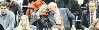 ЛУЖКОВ И БАТУРИНА: жена развлекала мужа-мера теннисными байками (слева - Александр Жуков, справа - Шамиль Тарпищев)