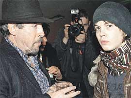 ПОСЛЕ ПРЕЗЕНТАЦИИ ФИЛЬМА &#034ПОСЛЕДНИЙ ОТЧЕТ&#034: Макаревич выпил с сыном Иваном...