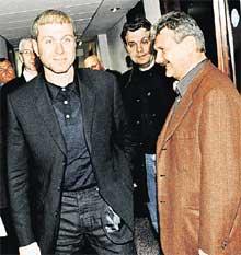 АБРАМОВИЧ НА СТАДИОНЕ &#034СТЭМФОРД БРИДЖ&#034: справа - бизнесмен Борис Тетерев, между ними - Герман Ткаченко (в черном)
