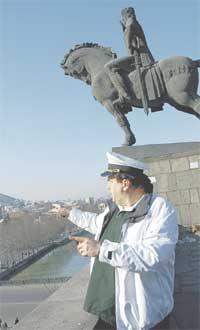 ЦАРЬ ВАХТАНГ: актер у подножия памятника основателю Тбилиси