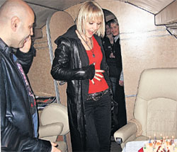 СЮРПРИЗ: праздничный торт на борту самолета приятно удивил Валерию