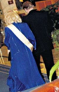 ОТ ГРЕХА ПОДАЛЬШЕ: Доронина увела Клементьева с банкета, чтобы тот не любовался на юных красоток