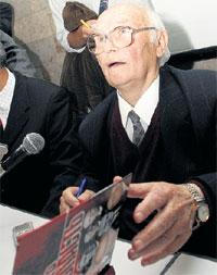 ВЛАДИМИР КРЮЧКОВ: на презентации своей книги «Личность и власть» (2004 год) (фото ИТАР-ТАСС)