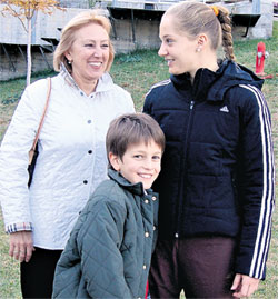 АННА ЧАКВЕТАДЗЕ (СПРАВА): мама и младший брат Рома не дают ей закиснуть