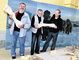 Михаил Николаевич (справа) на раскопках в селе Костенки.  Американский профессор Джон ХОФФЕКЕР считает, что заселение Европы пошло именно отсюда