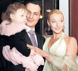 Анастасия с мужем Игорем и дочерью Ариадной