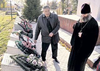До погрома на братской могиле часто совершал молебны настоятель Свято-Казанского собора отец Михаил