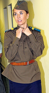 Груди Жанны ФРИСКЕ было тесно в солдатской гимнастерке