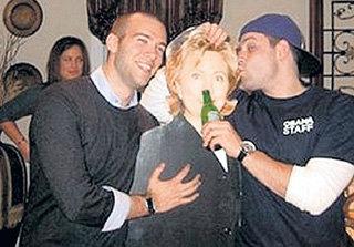 Джон ФАВРО( слева) пожалел, что связался с фанерной Хиллари