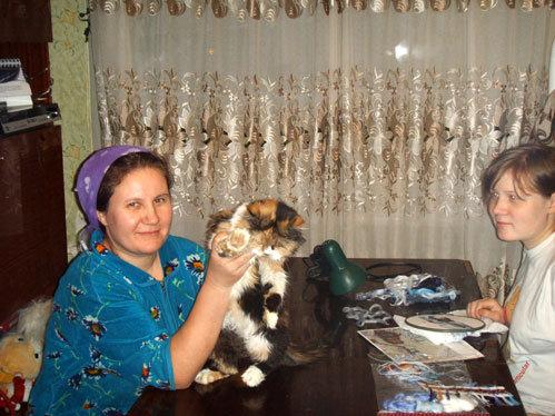 Люба КЛЮЧИКОВА с дочкой Лизой и домашним питомцем