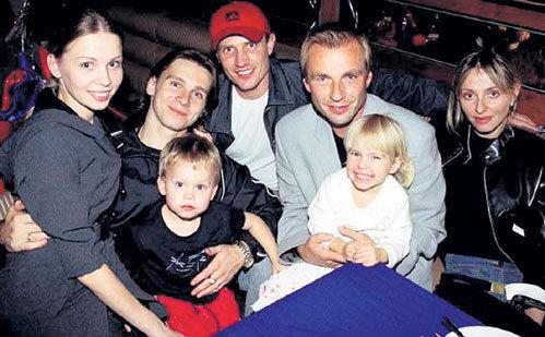 Александр (второй слева) с женой Еленой, сыном Макаром, Романом КОСТОМАРОВЫМ, Александром ЖУЛИНЫМ, Татьяной НАВКОЙ и их дочкой Сашенькой