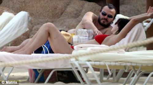 Актёр с женой часами осваивали лежаки